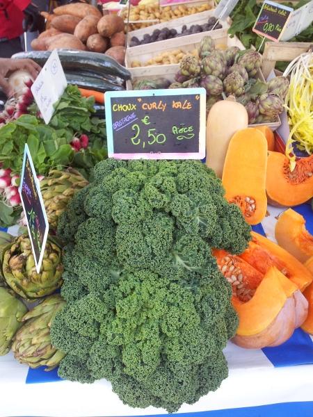 Chou kale sur l'étal d'un marché en France