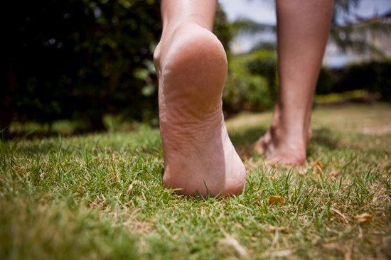marcher-pieds-nus-paléo